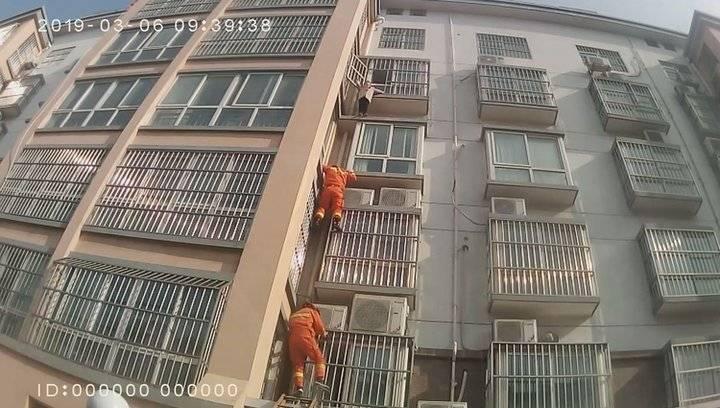 果然视频|母亲留孩子在家 女童为找母亲爬到4楼窗外