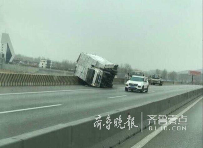 """急速赛车是哪里的彩票:昨天风有多大?临沂一辆货车差点被""""吹""""进河里"""