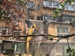 段兴西路沿街违建开拆,52分钟拆除24间储藏室