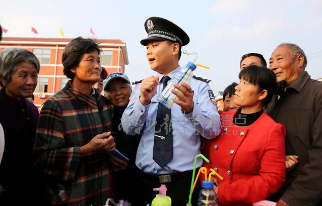 枣庄市公安局市中分局缉毒大队民警在永安镇聂庄村向村民讲解毒品的危害性。