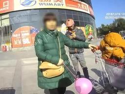爺爺帶孫子逛超市,把娃忘在購物車上自己走了…