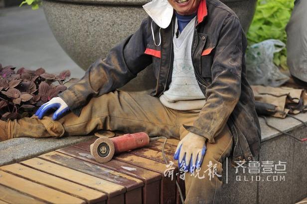13日,在济南泉城路上,工人们正在将座椅上破旧的老漆打磨掉,准备刷上崭新的新漆。只见工人们面戴口罩,但是头发上、睫毛上、衣服上特别是腿脚上,全是打磨扬起来的粉尘,厚厚的一层。据他们介绍,泉城路上的座椅安装上了好几年了,每年都要重新打磨、粉刷一遍。(齐鲁晚报·齐鲁壹点记者 王媛   编辑:吴佳)