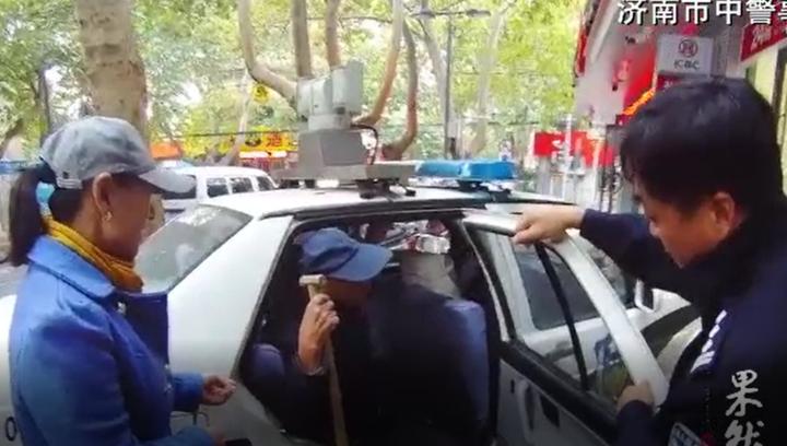 患病老人济南乘公交迷路,民警为其找到家人