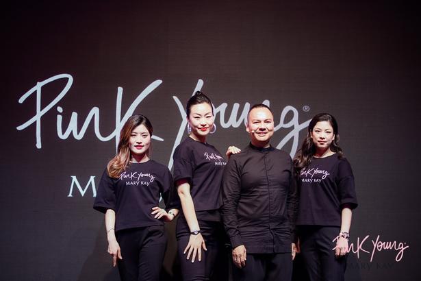 上海時裝周 2019 秋冬 GALALAND 秀場后臺專業化妝師——玫琳凱美容顧問 MK Star 團隊 亮相 Pink Young 上市發布會。