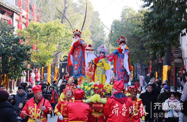"""2018年12月31日,民间艺人在枣庄台儿庄古城社火巡游中进行""""抬阁""""表演。"""