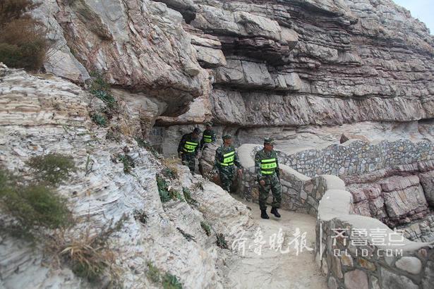 """大黑山岛有着北方特色的海蚀地貌和石英岩群,被评为国家级地质公园,边防官兵承担 着风景区的日常巡逻工作,防止游客跌落悬崖。""""很多游人不熟悉这边的情况,有些游 客就会跑到礁石边,很危险,""""安家良说:""""每天步行巡逻差不多要30公里左右,不过都习惯了。"""""""