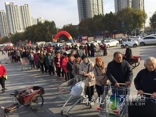 9日上午,在济宁市体育馆广场上,近百名市民正在文明有序的排队买白菜,0.3元一颗的大白菜吸引市民排出了数百米长的队伍,场面十分壮观。      齐鲁晚报·齐鲁壹点记者 李岩松 摄