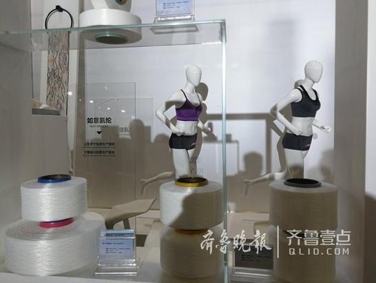 """作为本次interTEXTIL如意秋冬展三大展馆之一的""""纱线馆"""",在品类上以纤维纱线产品为主要展出内容。主题展馆以色彩交织的纱线构成视觉冲击强烈的创意,借鉴艺术大师蒙德里安的名画风格与手法,将如意纱线轻盈优雅、色彩斑斓的特质呈现的淋漓尽致,集团五家子公司联袂登台,奏响高雅而美妙的纱线重奏曲。"""