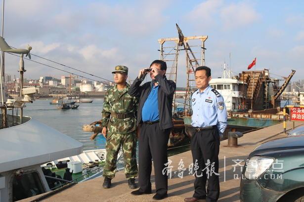 演练开始,设定突发海上爆恐事件,某暴恐分子团伙预谋在岚山海域借助渔船登陆实施暴恐活动。