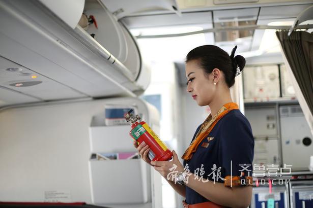 """""""我的老师是一名空难幸存下来的乘务员,在空难之后她依然选择继续飞行。她们遇到空难的时,整个机组的第一反应是救人,她最后是抱着旅客一起跳下飞机滑梯的。""""从老师的经历中,辛亚静深刻了解到空乘不仅仅是为旅客提供餐饮服务这么简单,有了崇敬与敬畏之心,感受到肩负的责任。"""