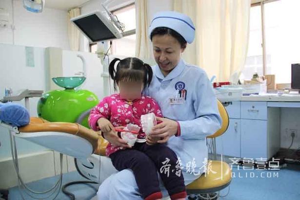 儿童口腔+张园园 摄 治疗结束后,护士们只要有空就会边陪宝宝玩游戏边讲解口腔知识,给她们讲解口腔卫生,怎么去刷牙等等。一张一合的口腔模型让孩子们感觉很新奇,孩子的可爱也让护士长依依不舍。
