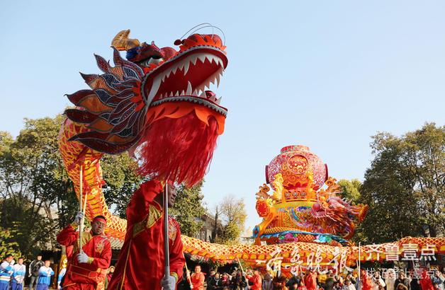 2018年12月31日,民间艺人在京杭大运河畔的枣庄台儿庄古城进行舞龙表演。