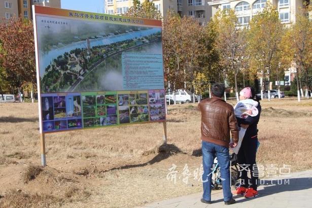 据悉,周围居民知道这里将要建设游乐场后,都表示非常欢迎。游乐场建成后,肯定也会对周边的消费起到带动作用。现在来遛弯的市民比以往有所增加,项目完成后将为市民提供又一处游玩休憩地。齐鲁晚报 齐鲁壹点 记者 刘丹 通讯员 郝芸玮 编辑 小武