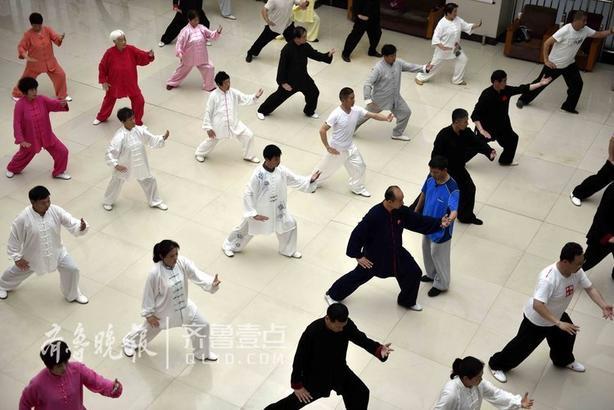 """临沂市太极拳""""准教官""""在教练的指导下练习太极拳。"""