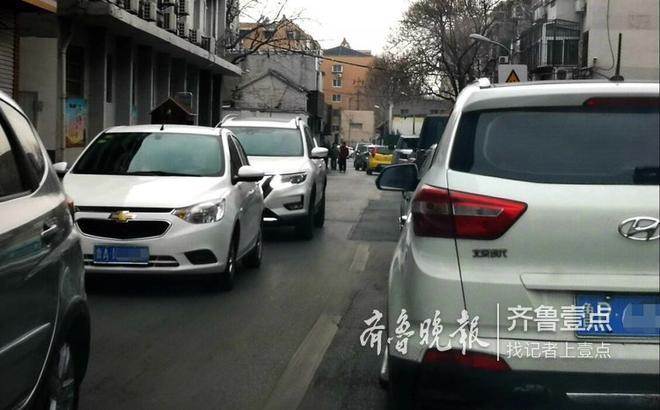 2月8日下午,济南泉城路东入口处青龙桥实行交通管制,车辆由此只能向右向北拐,结果导致附近的黑北路、按察司街、县东巷等街巷都出现了堵车现象。