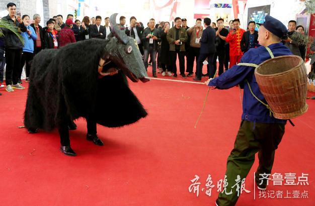 """来自重庆市的民间艺人在表演重庆市级非遗项目""""戏牛舞""""。"""