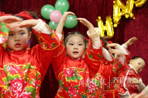 图为1月29日,幼儿园的孩子们在演唱《绣红旗》。