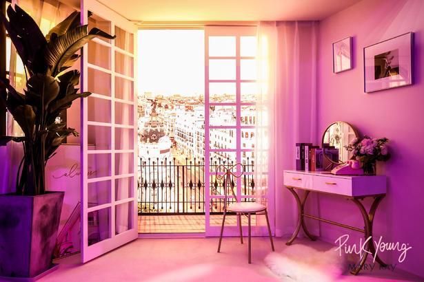 Pink Young 全新品牌廣告片中三個出彩場景重現發布會現場,每個場景都凸顯了年輕、大 膽、出彩的新女性力量。