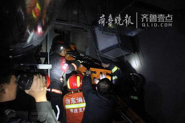 被困人员躺在角落里,无法行动,腰部以下多处受伤,为避免二次伤害,消防官兵商讨后决定,利用多功能担架对被困人员进行保护和固定,一面在管道井外架设六米拉梯。由于该男子所处位置距离坠井位置垂直高度至少在8米左右,救援人员分析后认为在上面实施救援难度较大,存在一定风险,消防官兵决定从地下二层一侧利用通风口进行救援。