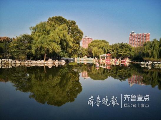泉城公园,真不愧是原来的植物园,空中瞰去,一片斑斓,使人眼花缭乱,随着气候的变化,其内容将更加多彩,璀璨。 宋广兴 10月11日摄于济南