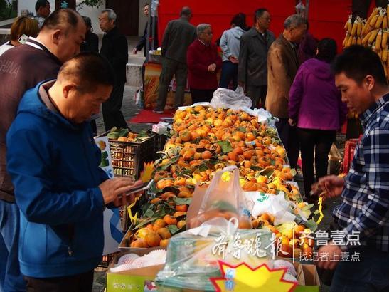今年特设了农副产品展区,来自济南周边和全国各地的新鲜水果价廉物美受到热烈欢迎,大爷大妈们排队抢购。