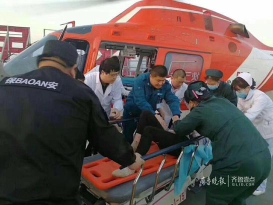 由于救护车无法上山,当地紧急协调济宁的医疗救援直升机前来支持。下午5点左右,直升机经过1个小时左右的飞行到达玉泉山,并将小傅安全接到章丘区人民医院。截至目前,小傅仍在医院接受治疗。齐鲁晚报·齐鲁壹点记者 晋森 赵伟