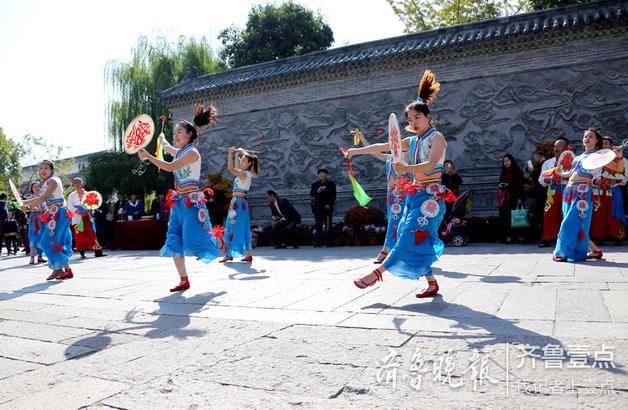 """来自北京的民间艺人在表演国家级非遗项目""""京西太平鼓""""。"""