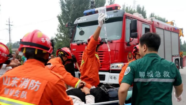 果然视频丨两车相撞致人员被困,聊城消防紧急救援