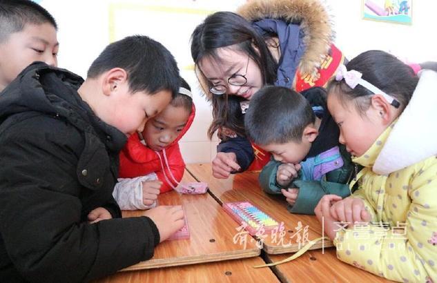 为了弘扬和传承非物质文化遗产,1月11日,聊城大学雷锋义工队的队员们来到聊城市东昌路小 学,与那里的孩子们进行珠算的学习。活动中,孩子们认真听队员讲解珠算的历史,并虚心学习 ,通过学习孩子们能迅速的用算盘算出答案。 齐鲁晚报·齐鲁壹点 记者 李军 通讯员 温明双