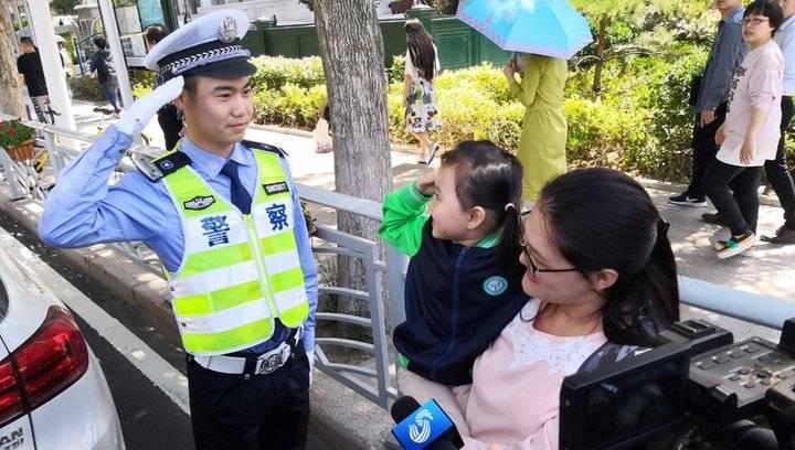 """暖心!路遇民警执勤,五岁女童喊""""叔叔辛苦了"""""""