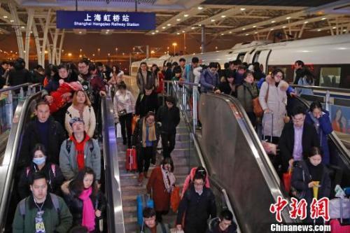 """资料图:2017年8月21日,北京西至石家庄的""""复兴号""""G9061列车缓缓驶入石家庄火车站。 <a target='_blank' href='http://www.chinanews.com/' _fcksavedurl='http://www.chinanews.com/'/>?</p> <P align=center>  资料图:2017年8月21日,北京西至石家庄的""""复兴号""""G9061列车缓缓驶入石家庄火车站。 中新社 记者 翟羽佳 摄</P> <P>  """"复兴号""""动车组再扩容</P> <P>  2017年6月,""""复兴号""""动车组在京沪高铁正式双向首发。在不到一年的时间里,""""复兴号""""以其舒适、快捷深受广大乘客欢迎,并在今年春运期间发挥重要作用。</P> <P>  本次调图的最大亮点便是,""""复兴号""""列车开行范围进一步扩大。这意味着,有更多乘客将能和其进行""""亲密接触""""。</P> <P>  中国铁路总公司方面介绍,本次调图将安排增加8对时速350公里""""复兴号""""动车组列车。这其中,北京南至上海虹桥1对、北京南至上海2对、北京南至杭州东3对、北京南至合肥南2对。</P> <P>  调图后,全国铁路""""复兴号""""动车组日开行达到114.5对,可通达23个直辖市、省会城市和自治区首府。</P> <P align=center>  <IMG alt="""