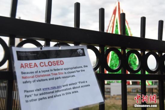 """当地时间12月23日,受政府""""关门""""影响,位于白宫前的国家圣诞树区域因""""政府拨款缺失""""关闭。<a target='_blank' href='http://www.chinanews.com/'>中新社</a>记者 沙晗汀 摄"""