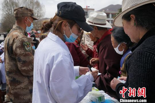 图为3月14日,西藏军区总医院十多位医护人员为拉萨市民提供便民医疗服务。 张伟 摄