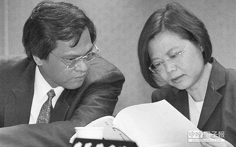 陈明通(左)、蔡英文(右)(图片来自台媒)