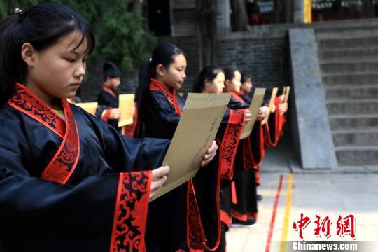 当天百位儒生分列曲阜尼山孔庙道路两侧,朗诵《论语》经典名句。 李欣 摄