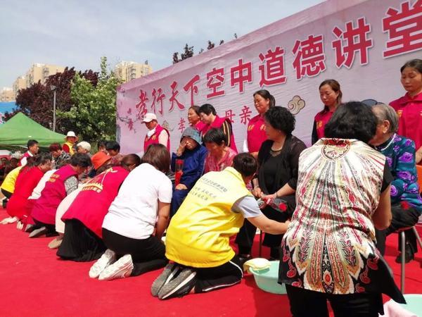 【实拍】东明万福公园百人下跪,啥情况?市横滨高中的图片
