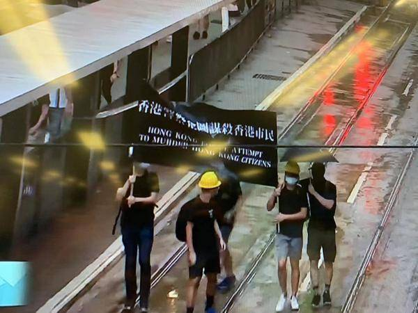 香港示威者举美国国旗 戴紧口罩只敢露两只眼(图)