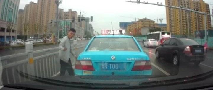 菏泽爷们!一出租车路口被追尾,司机下车后连说了三句话...
