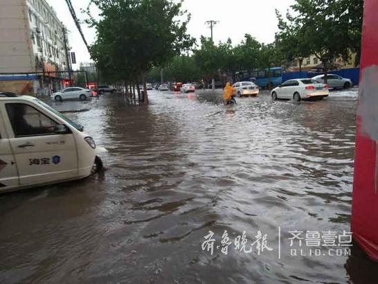 积水成河的大街 壹粉东方一常承华拍摄