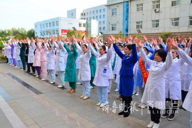 """10日下午3点,日照市中心医院举行了""""第二届手卫生接力、感控周活动""""。  来自医院科室代表以及后勤等工作人员齐聚一起,在全球洗手日来临之际,一起提倡手卫生,让更多人了解该如何做到手卫生。"""