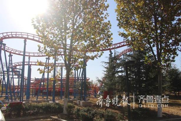 据牟平城管局河滨公园管理处曲主任介绍,此处将要建设的是鱼鸟河游乐园项目。该项目是牟平区2017年重点引资项目,是区委、区政府为了做活做好鱼鸟河公园开发、拉动周边产业链发展及加紧提升、完善群众游乐环境,高标准实施的一项重点民生工程。游乐园将以现有规划为基础,对公园环境设施因地制宜地进行绿化、美化、夜景亮化、基础设施等方面整体提升改造,预计明年初建设完毕并投入运营。目前规划有公共休闲区、市民运动区、儿童游乐区、风景观赏区等。
