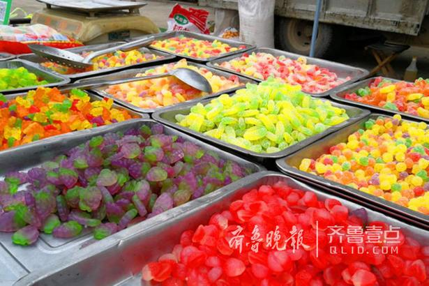 在庙会现场,吃的、喝的、玩的、用的是一应俱全。各色的水果糖可能是小朋友的最爱了!