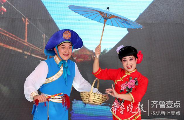 """民间艺人在表演国家级非遗项目枣庄""""柳琴戏""""。"""