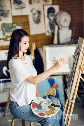 沉静是她,专心是她,拿起画笔的她,充满艺术气质,更带着青岛女孩独有的清新气息。每周抽出一两天时间,在画室画一幅画,每个月找一点时间,去海边写写生,辛亚静的业余生活丰富又文艺,美好又充实。