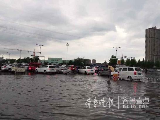 交通瘫痪的路口 壹粉飞天275901拍摄