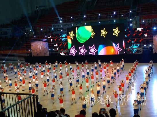逸夫小学、东湖小学、君山路小学精彩的足球操表演。