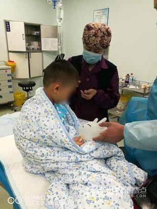儿外科-耿磊 在儿外科,术前孩子哭闹是最常见的事情,也更需要稳定孩子们的情绪。刘丽霞大夫随手用手套做了一只可爱的小兔子哄孩子,瞬间孩子被吸引住了……