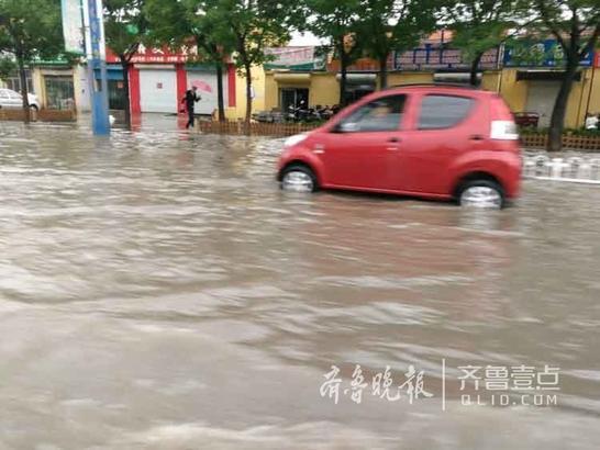 被大雨困住的车 壹粉周焕云拍摄