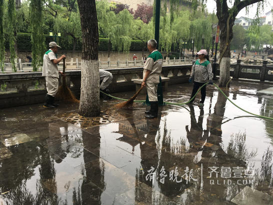 17日上午,济南护城河畔环城公园的工作人员从各个泉池中抽水,为环城公园冲刷路面和墙画石。环城公园的石板路和石头都被冲刷得干干净净,一尘不染。冲刷后的水通过环城公园护城河护栏旁的方形孔流入护城河。现场的清洁人员介绍,下雨时路面有泥,每到雨后,环城公园都要彻底冲洗一次。(齐鲁晚报·齐鲁壹点记者 王皇)