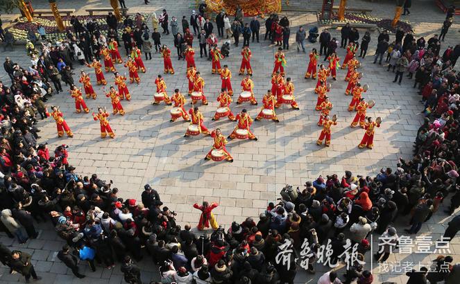 2019年1月1日,在京杭大运河畔的枣庄台儿庄古城,民间艺人敲锣打鼓欢庆新年。